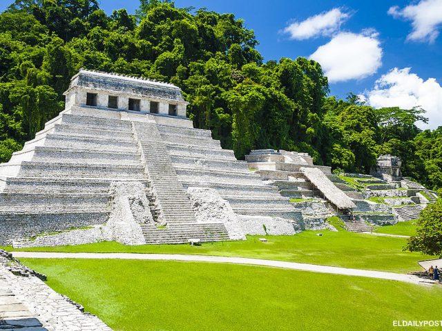 Menjelajahi reruntuhan kuno Meksiko