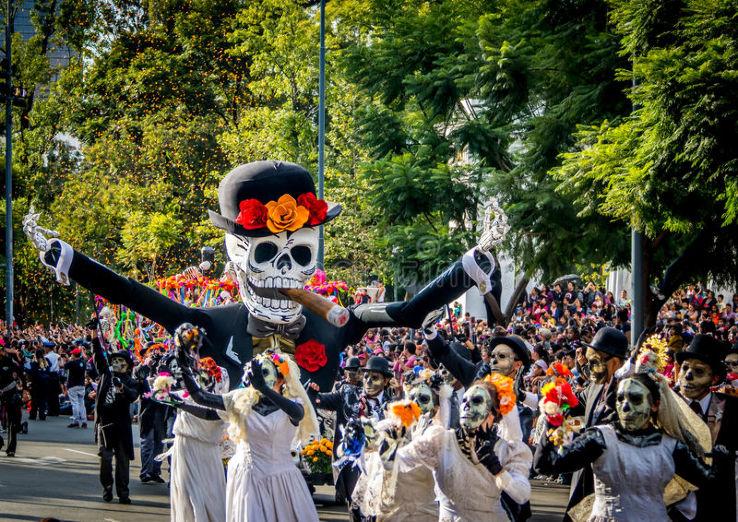 Día de Muertos menari dengan orang mati di Meksiko
